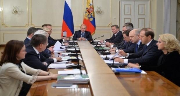 """الرئيس الروسي فلاديمير بوتين خلال اجتماعه مع الحكومة """"RT"""""""