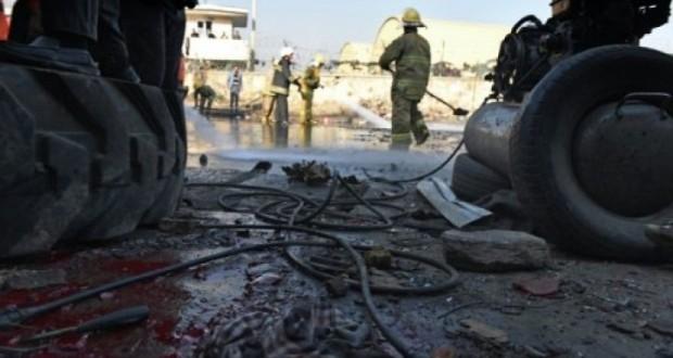 عمال إطفاء يعملون على إزالة بقايا تفجير في كابول في 28 كانون الأول/ديسمبر 2015 AFP