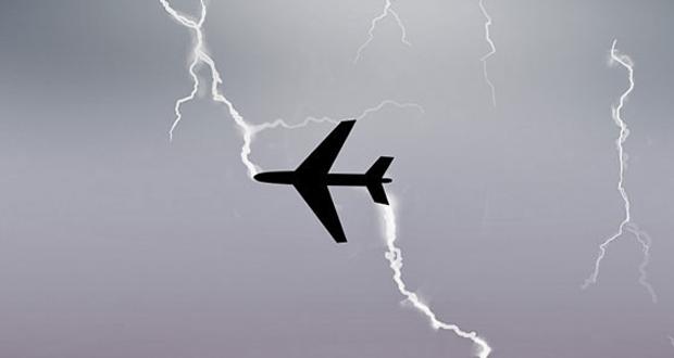 طائرة ركاب تتعرض لضربة صاعقة