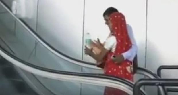 فيديو: امرأة هندية تصعد سلماً كهربائياً لأول مرة .. شاهد ماذا حدث ؟!