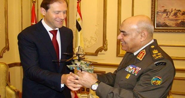 وزير التجارة والصناعة الروسي يقدم لوزير الدفاع المصري نموذجا من مروحية كا - 52كا
