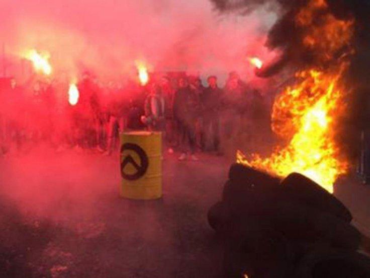أضرم محتجون اليميني النار في إطارات السيارات في كاليه الفيسبوك / الجيل Identitaire