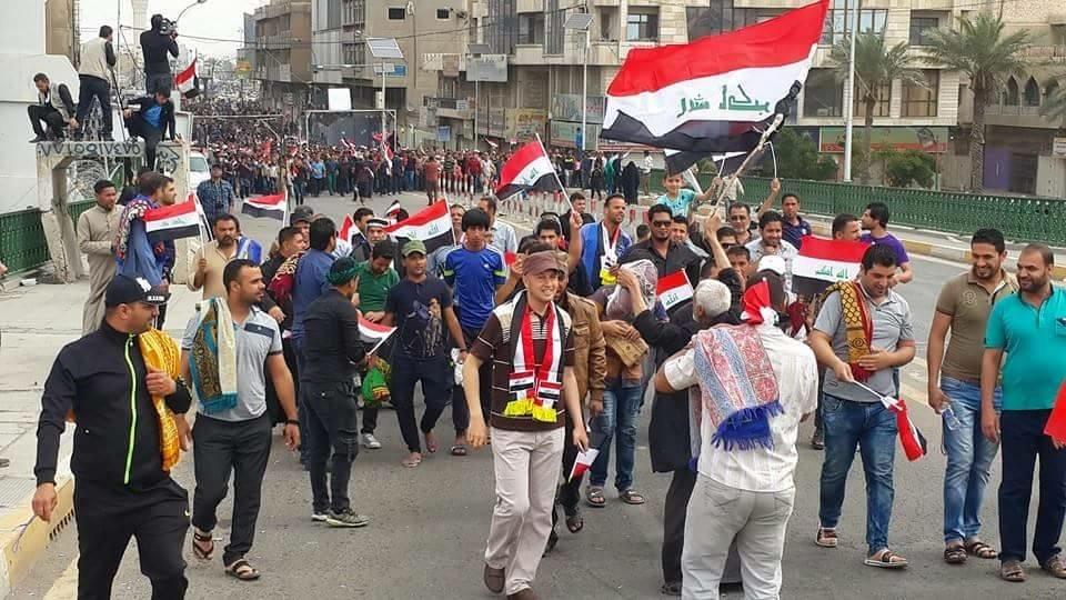 يحدث الآن: المتظاهرون يعبرون جسر الجمهورية باتجاه المعتصمين امام ابواب المنطقة الخضراء