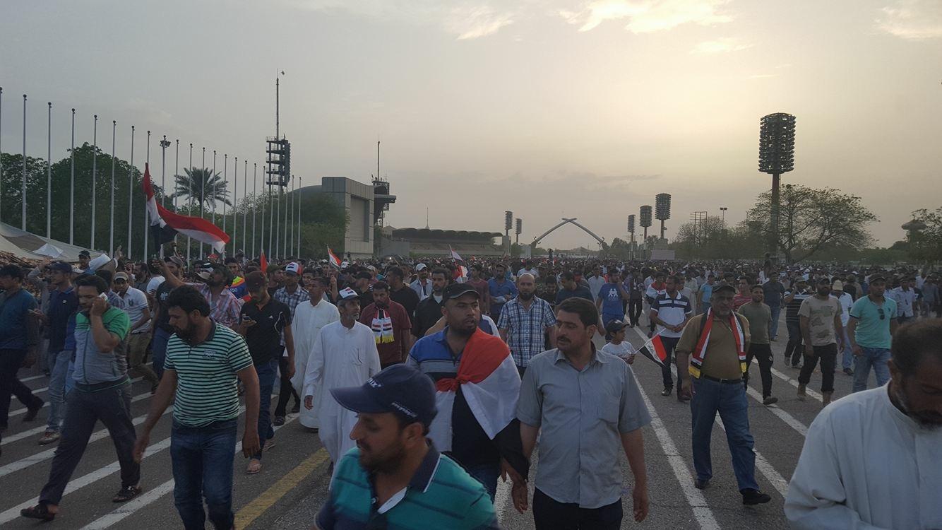 بالصور.. لحظة انسحاب المتظاهرين من ساحة الاحتفالات