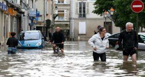 شارع مغمور بالمياه كليا في مدينة نومور بضاحية باريس AFP