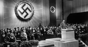 المستشار الألماني أدولف هتلر يتحدث إلى مسؤولي الحزب النازي في عام 1939.