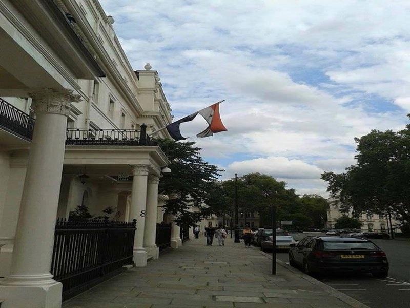 بالصورة .. شاهد حال العلم العراقي فوق مبنى السفارة العراقية في لندن