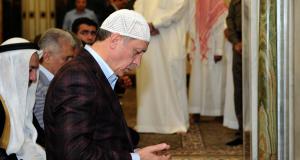 اردوغان يصلي في مكة (ارشيف)
