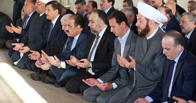 الرئيس السوري بشار الاسد يؤدي صلاة عيد الاضحى (فيديو)
