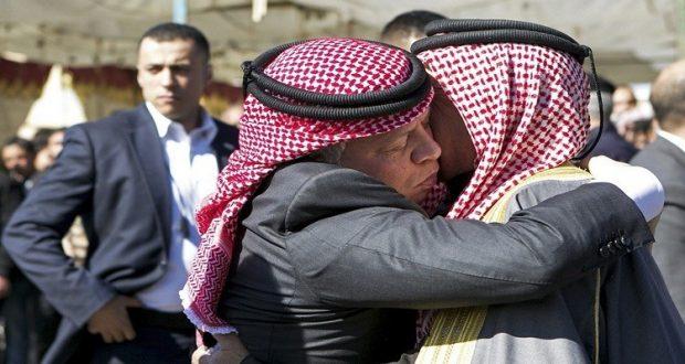 الملك عبد الله الثاني يعزي والد الطيار الكساسبة الذي حرقه داعش الإرهابي (أرشيف) Reuters Petra Petra