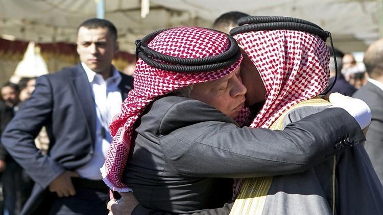 الملك عبدالله الثاني يزور عائلة ناهض حتر ويندد باغتياله