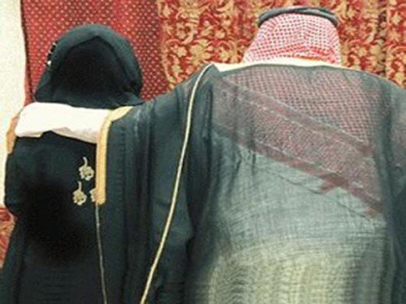 """بالفيديو .. سعودي ثمانيني يتزوج """"طفلة"""" يثير جدلاً واسعاً"""