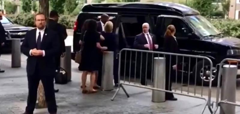 فيديو .. لحظة سقوط كلينتون بعد مغادرة مراسم ذكرى 11 سبتمبر