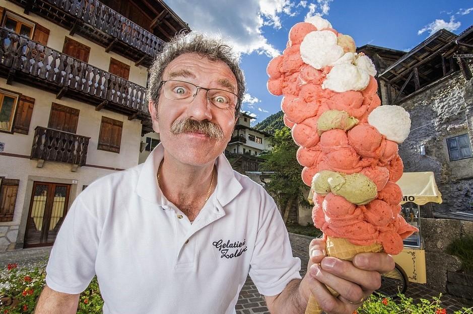أطول مخروط آيس كريم في العالم في إيطاليا احتوى 121 كرة آيس كريم متراكمة  dailymail.co.uk