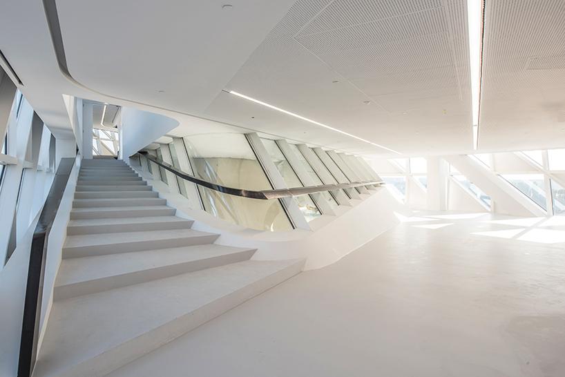 بالصور .. افتتاح المقر الجديد لإدارة ميناء أنتويرب آخر تصميم للمهندسة الراحلة زها حديد (image © hufton+crow)