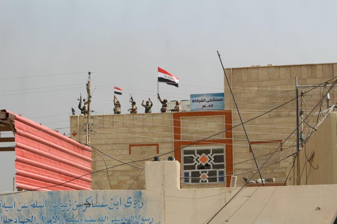 """""""بغداد تايمز"""" تنشر صور القوات الأمنية مع اهالي الشرقاط بعد لحظات من تحريرها"""