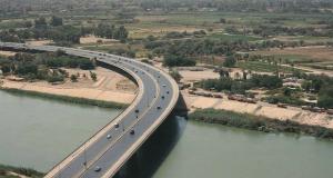 جسر الجادرية وسط العاصمة بغداد، ويظهر نهر دجلة (ارشيفية)