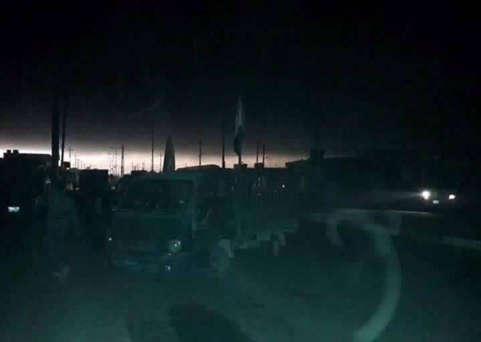 داعش الإرهابي يحرق حقول الكبريت وآبار النفط في ناحية القيارة (26/تشرين الاول/2016)