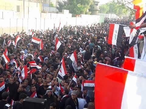 متظاهرو ساحة التحرير يسقطون الحواجز الكونكريتية التي وضعتها القوات الامنية على جسر الجمهورية