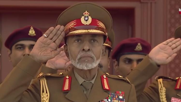 السلطان قابوس يظهر في عرض عسكري مباشر في مسقط