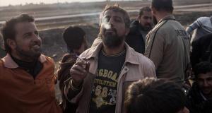 رجل موصلي يدخن سجارة لأول مرة بعد انقطاع قسري دام أكثر من سنتين