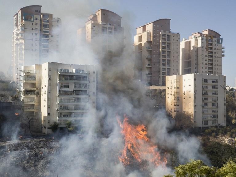 صورة االتقطت في 24 تشرين الثاني، يظهر 2016 النار المشتعلة في ميناء حيفا بشمال إسرائيل AFP PHOTO / Jack GUEZ