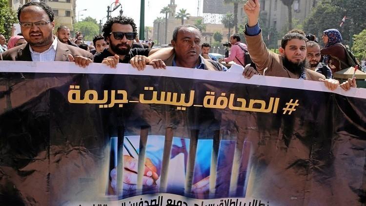 مصر: حبس نقيب الصحفيين المصري عامين مع الشغل