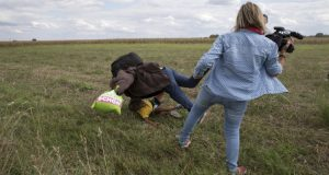 الصحفية المجرية التي ركلت اللاجئ السوري