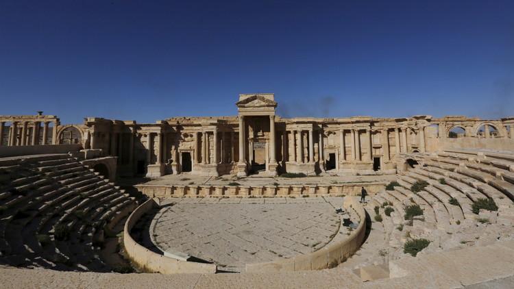 """بالصور: تنظيم """"داعش"""" الأجرامي يدمر واجهة المسرح الروماني في تدمر"""