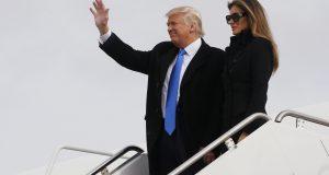 الرئيس المنتخب دونالد ترامب، ترافقه زوجته ميلانيا ترامب، يصلون إلى قاعدة اندروز الجوية - الخميس 19/كانون الثاني/2017