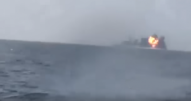 لحظة تدمير البارجة الحربية السعودية قبالة السواحل الغربية اليمنية