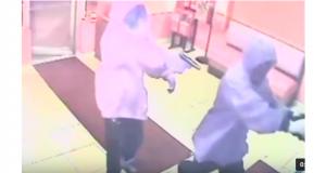 لقطة من الفيديو الذي سجلته كاميرات المراقبة في المطعم، ويظهر المجرمين اللذين نفذوا الجريمة