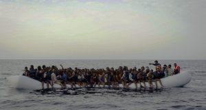 مهاجرين على قارب في البحر الأبيض المتوسط ليبيا