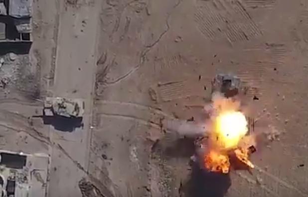"""صور: لقطات من فيديو نشره """"داعش"""" الإرهابي لاستهداف مدرعة عراقية بطائرة مسيرة"""