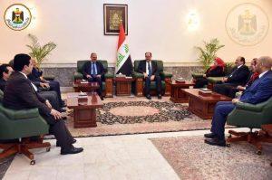 نوري المالكي ونقيب الصحفيين العراقيين مؤيد اللامي مع وفد من الإعلاميين العراقيين