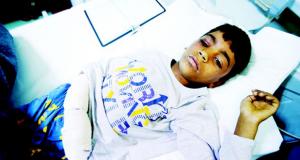 طفل يتلقى العلاج من تعرّضه للكيماوي في الموصل (رويترز)