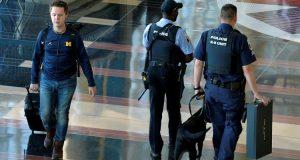 عناصر من الشرطة الأمريكية بإحدى مطارات الولايات المتحدة