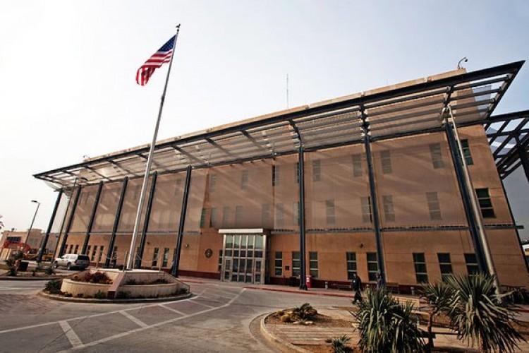 الطائرات الأمريكية تبث نداءات عبر مكبرات الصوت بوجود قوة مخولة بالرمي لكل من يقترب من مبنى السفارة