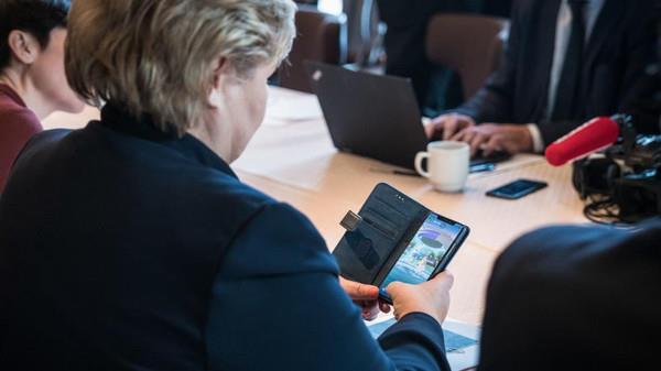 """رئيسة وزراء النرويج تلعب """"بوكيمون"""" بالبيت الأبيض"""