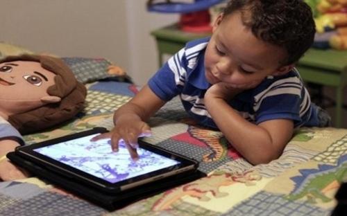 دراسة تحذر من كثرة استخدام الأطفال للشاشات