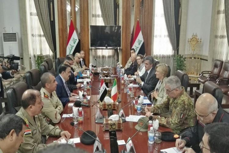 وزيرة الدفاع الإيطالية يصل بغداد