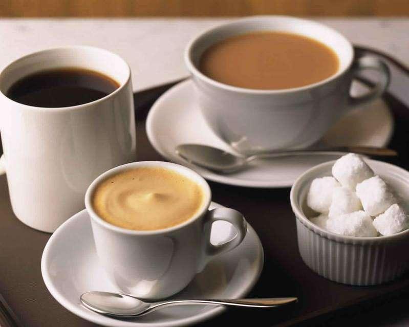 دراسة تُحذر من مخاطر إضافة السكر إلى الشاي والقهوة