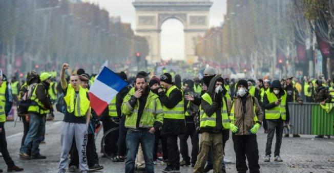 وسائل اعلام فرنسية: عناصر من محتجي السترات الصفر يقومون بنهب محلات الشانزلزيه بباريس