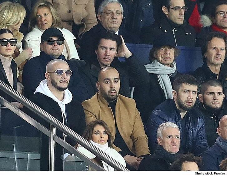 القذافي في ملعب باريسي.. صورة تشغل مواقع التواصل