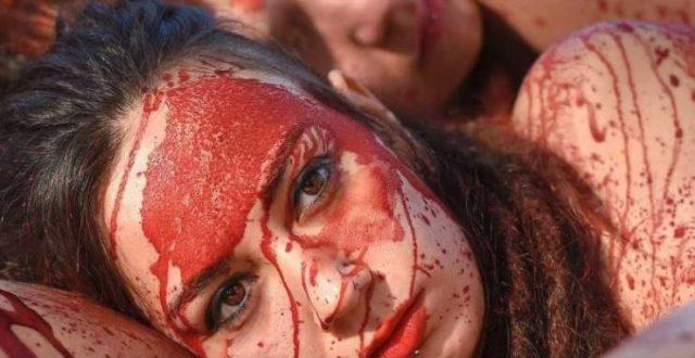 عشرات النساء العاريات في احتجاج دموي ببرشلونة