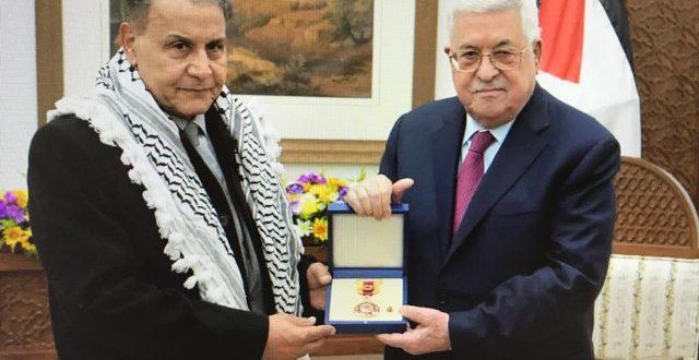 الرئيس الفلسطيني محمود عباس يمنح الفنان الكبير سعدون جابر وسام الثقافة والعلوم لسنة 2018