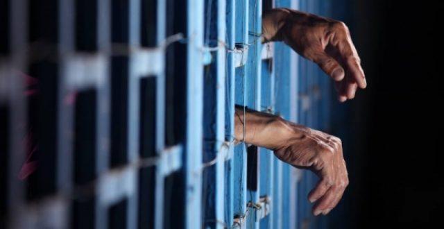 القبض على موظف في وزارة التربية يزور الكتب الرسمية