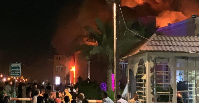 بالصور: حرق مول البشير في النجف الاشرف على اثر تظاهرات التيار الصدري