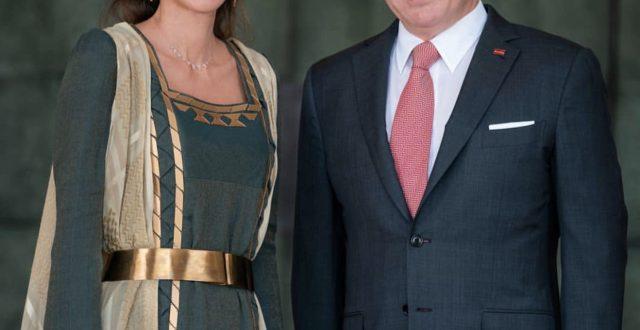 بالصورة…نشرت الملكة رانيا صورة تجمعها بالملك عبدللة مرفقة الصورة بعبارات تهنئ الملك بعيد ميلاده