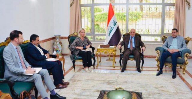 العبادي يستقبل رئيس بعثة الامم المتحدة في العراق السيدة جينين هينيس